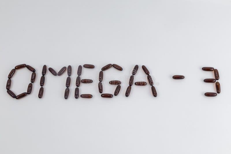 Exprima a ÔMEGA 3 fez de cápsulas do óleo de fígado de bacalhau no fundo branco foto de stock royalty free