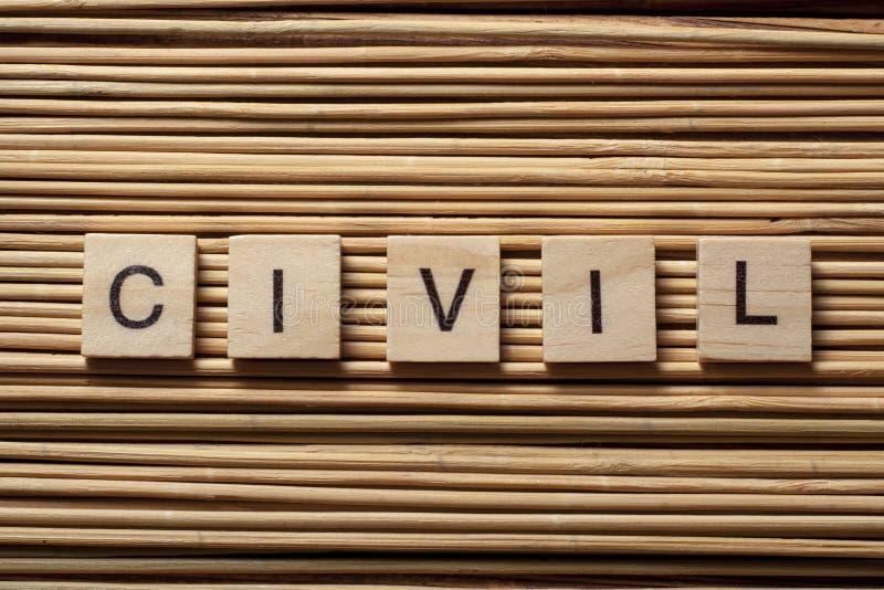 Exprima CIVIL nos cubos de madeira no fundo de madeira imagem de stock