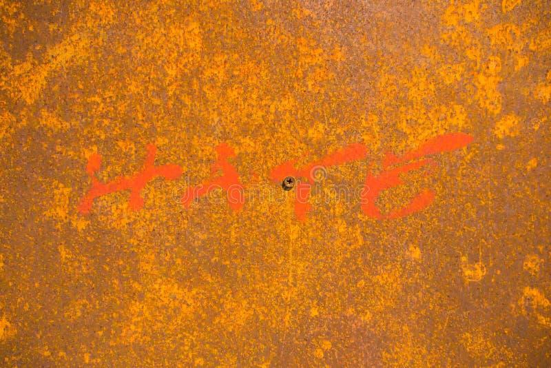 Exprima o ódio pintado no fundo com oxidação no aço fotografia de stock royalty free