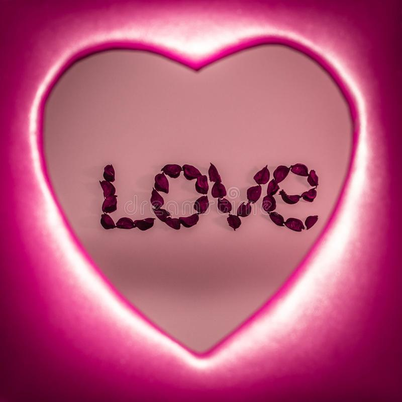 Exprima o amor apresentado com flores artificiais dentro de um coração vermelho imagem de stock