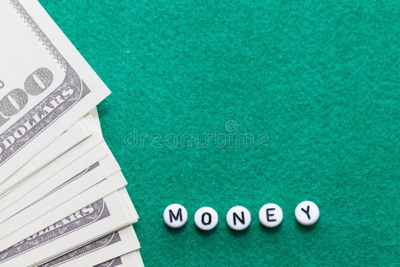 Exprima o ` do dinheiro do ` com microplaquetas e dinheiro de pôquer imagens de stock royalty free