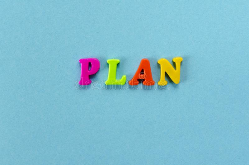 Exprima o ` do plano do ` de letras magnéticas plásticas coloridas no fundo do papel azul fotografia de stock royalty free