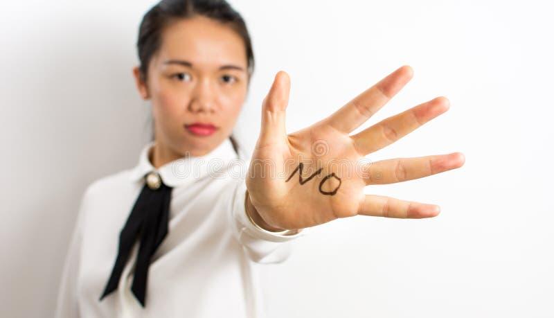 Exprima o nenhum escrito na mão da mulher de negócios imagens de stock royalty free