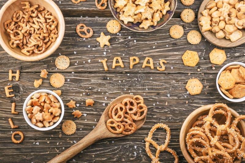 Exprima os tapas escritos com letras dos biscoitos em um fundo de madeira foto de stock royalty free