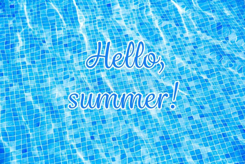 Exprime olá! o verão em férias de verão rasgadas azuis da piscina do fundo da água fotos de stock royalty free