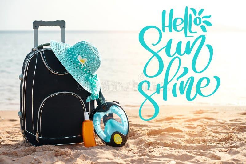 Exprimez bonjour le soleil et la valise avec le chapeau, protection solaire avec un masque La mer tropicale, plage à l'arrière-pl images stock
