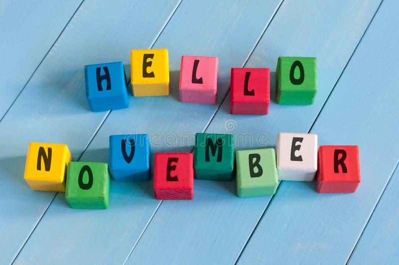 Exprimez bonjour novembre sur les cubes en jouet de l'enfant sur en bois images libres de droits