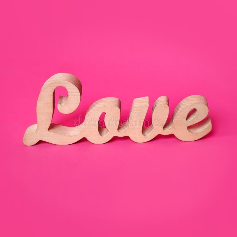 Exprimez l'amour, lettres en bois sur le papier rose Valentine& x27 ; fond de jour de s Lovestory ou décor de mariage photographie stock libre de droits