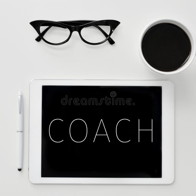 Exprimez l'entraîneur sur l'écran d'une tablette images libres de droits