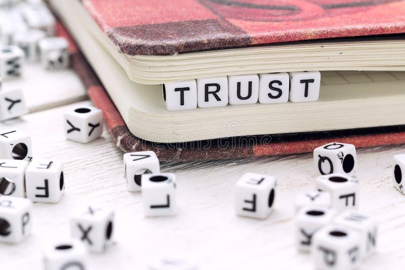 Exprimez la confiance écrite sur un bloc blanc dans un livre image stock