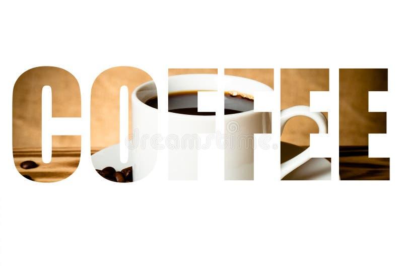 Exprimez le CAFÉ au-dessus des grains de café et le café dans la tasse blanche sur en bois photo stock