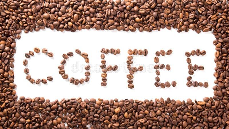 Exprimez le café dans le cadre, haricots rôtis au-dessus de blanc photographie stock libre de droits