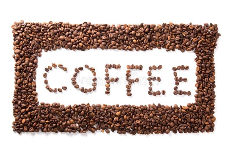 Exprimez le café dans le cadre, haricots rôtis au-dessus du fond blanc photographie stock