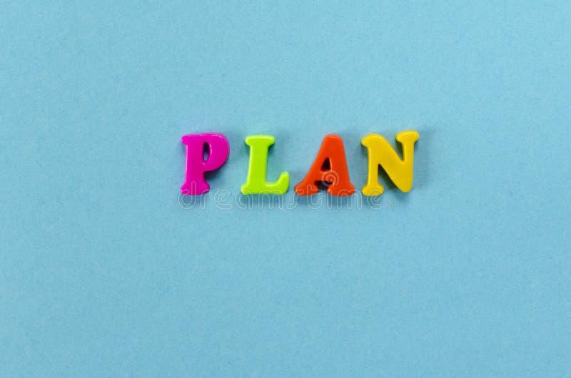 Exprimez le ` de plan de ` des lettres magnétiques en plastique colorées sur le fond de papier bleu photographie stock libre de droits