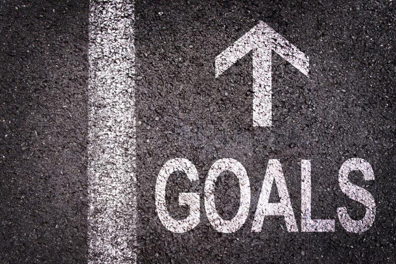 Exprimez les buts et une flèche écrite sur une route goudronnée photo libre de droits