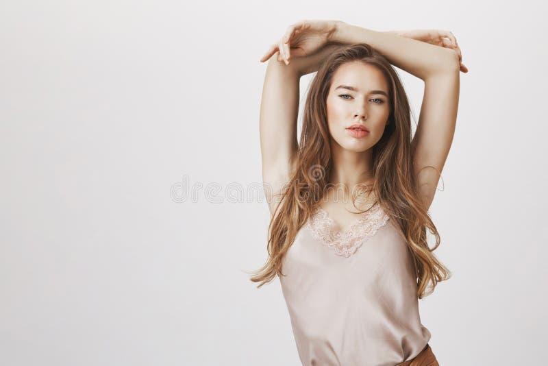 Exprimez votre beauté intérieure Tir d'intérieur de femme sexy sensuelle dans l'équipement à la mode posant avec des mains au-des photographie stock