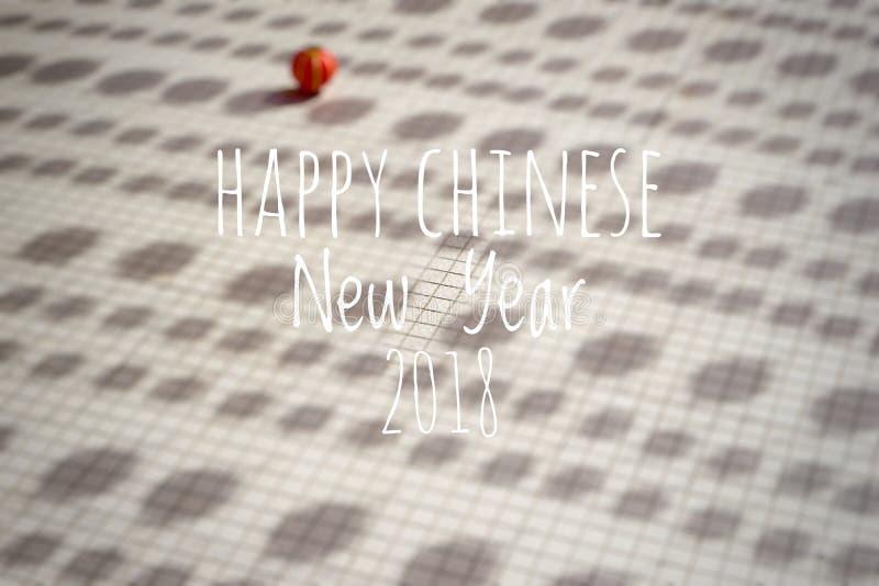 Exprimindo o ano novo chinês feliz 2018 com as lanternas chinesas borradas do fundo durante o festival do ano novo fotografia de stock royalty free