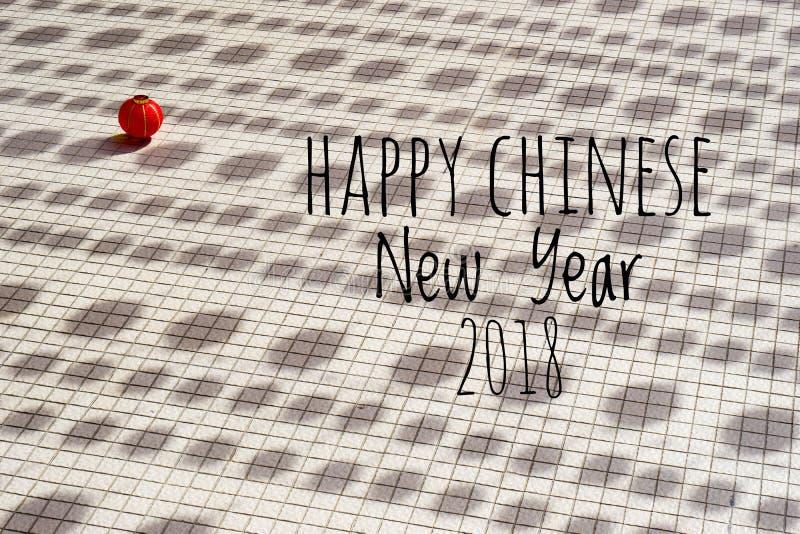 Exprimindo o ano novo chinês feliz 2018 com as lanternas chinesas borradas do fundo durante o festival do ano novo foto de stock royalty free