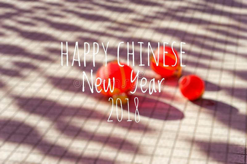 Exprimindo o ano novo chinês feliz 2018 com as lanternas chinesas borradas do fundo durante o festival do ano novo foto de stock royalty free