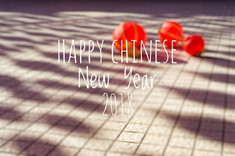Exprimindo o ano novo chinês feliz 2018 com as lanternas chinesas borradas do fundo durante o festival do ano novo imagem de stock royalty free
