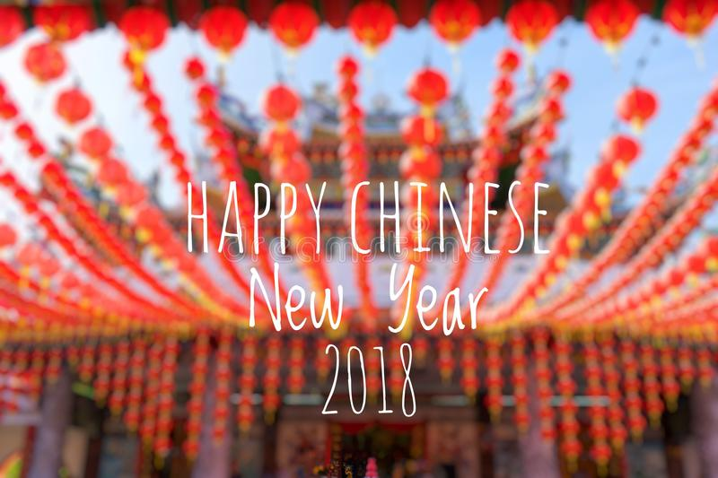 Exprimindo o ano novo chinês feliz 2018 com as lanternas chinesas borradas do fundo durante o festival do ano novo foto de stock