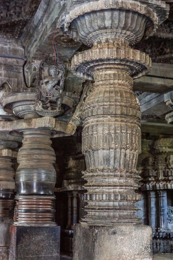 Exquisitamente adornó el pilar en el templo de Hoysaleswara, Halebidu, Karnatake, la India fotos de archivo