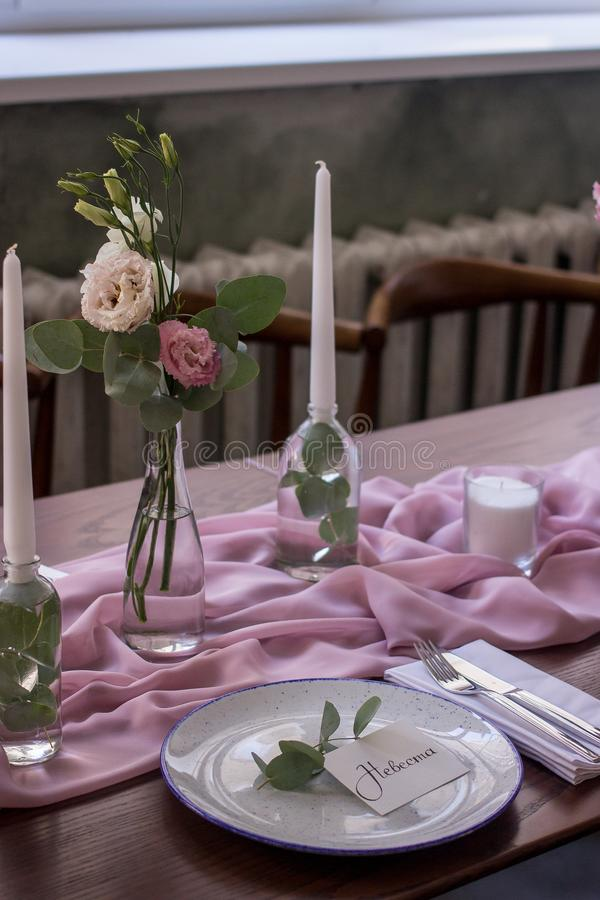 Exquisitamente adornado casandose la tabla con el ramo de rosas imágenes de archivo libres de regalías