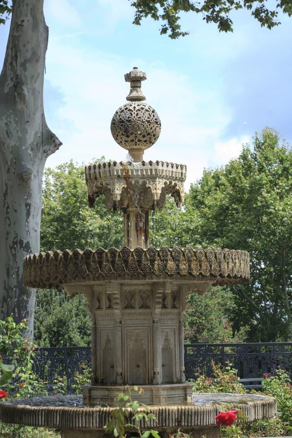Exquisitamente tallado de la fuente con gradas de mármol imagen de archivo libre de regalías