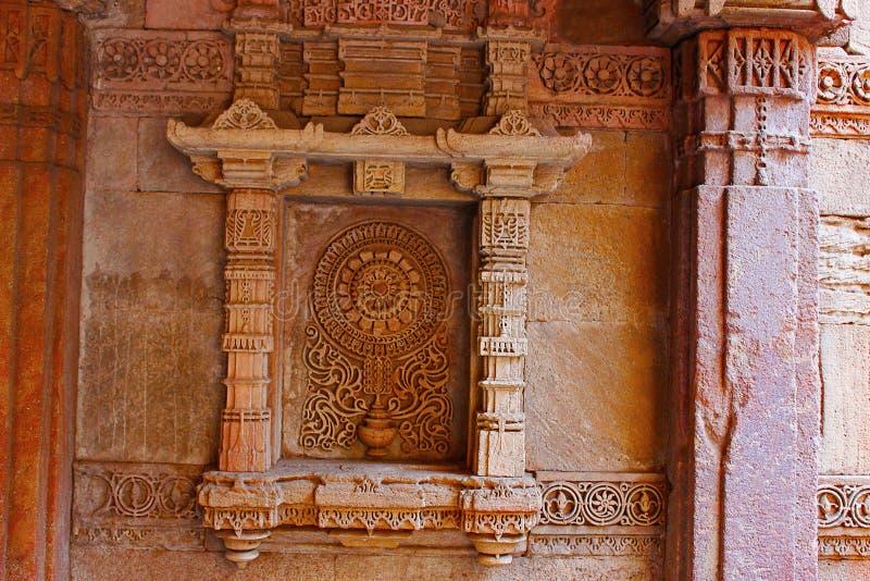 Exquisitely gedetailleerd motief op een gebied op de zijgevel Adalaj Stepwell, Ahmedabad, Gujarat stock foto's