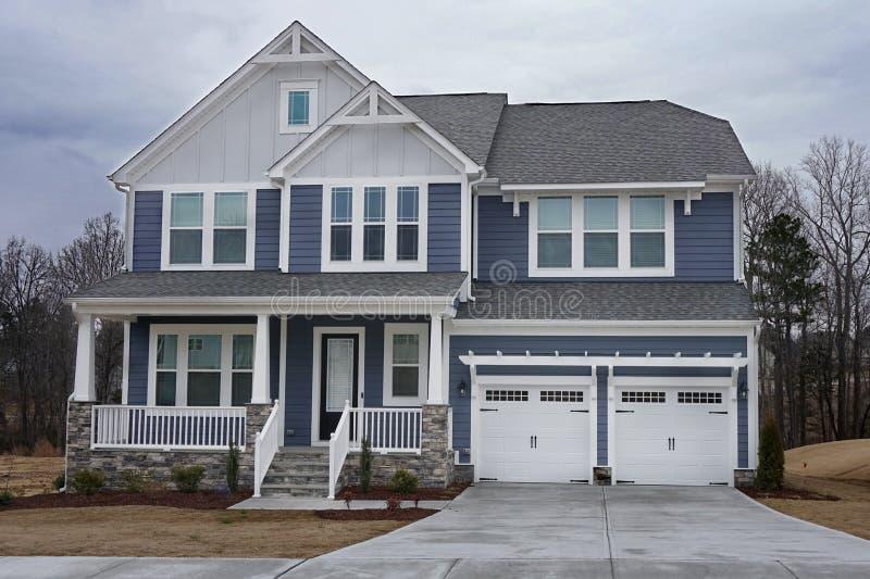 Extérieur à la maison suburbain avec un porche en pierre dans un voisinage en Caroline du Nord image libre de droits