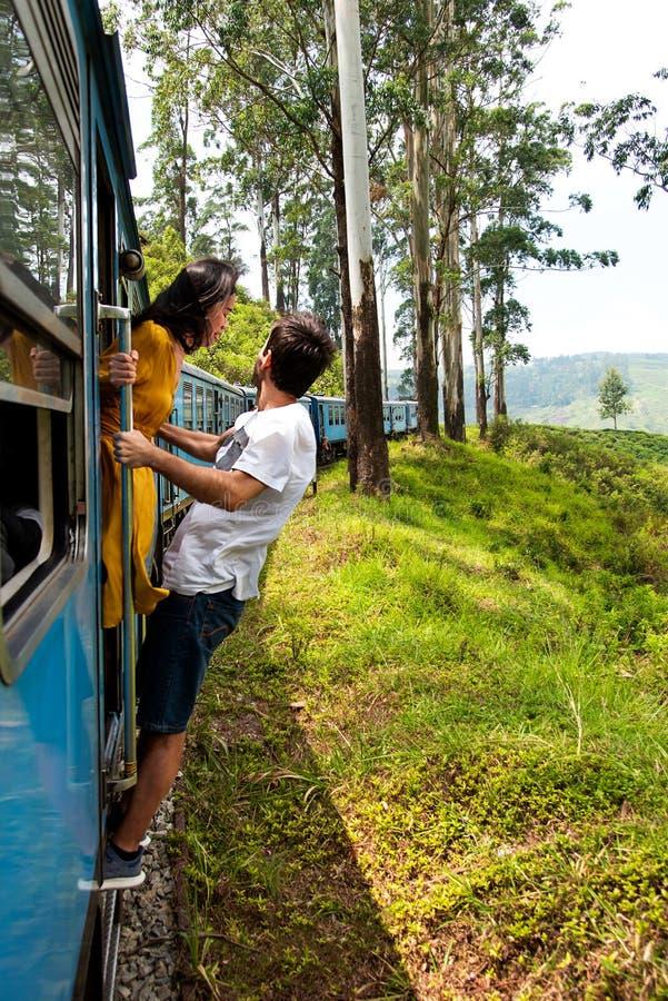 Extérieur accrochant de couples de train dans Sri Lanka image stock