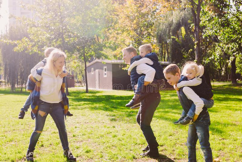 Extérieur actif de loisirs de famille de thème en nature grande famille caucasienne avec quatre enfants Maman et papa détendant a image stock