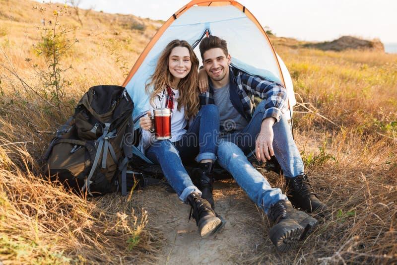 Extérieur aimant de couples dans des vacances alternatives libres image stock