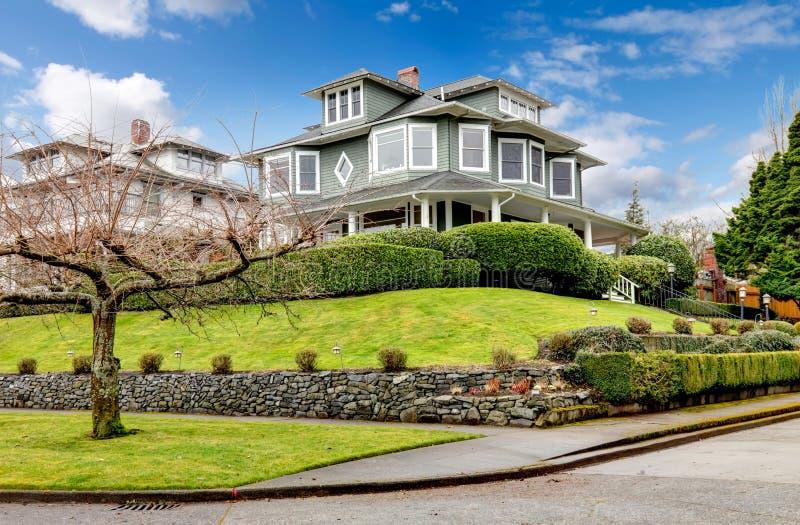 Extérieur américain classique de maison de grand artisan vert de luxe. photos libres de droits