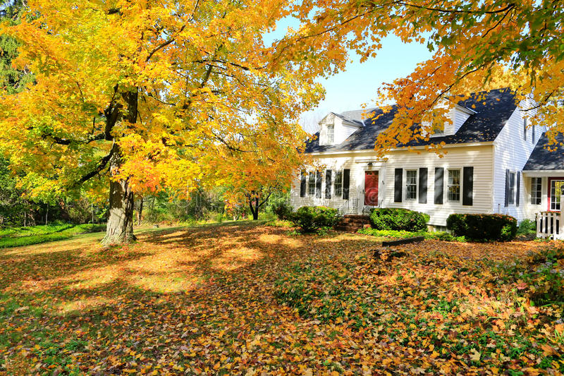 Extérieur américain classique de maison de la Nouvelle Angleterre. photo libre de droits