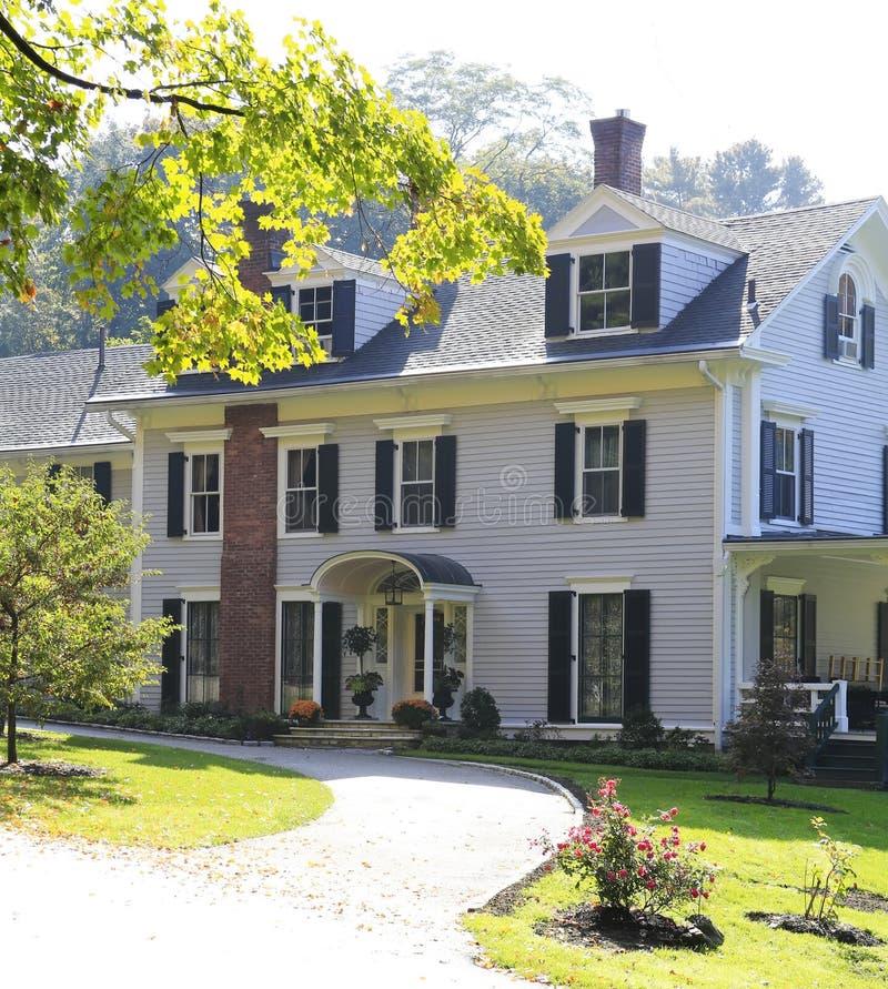Extérieur américain classique de maison de la Nouvelle Angleterre. photos libres de droits