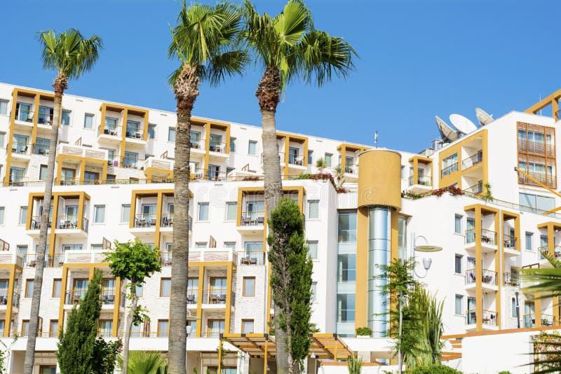 Extérieur blanc de luxe d'hôtel photographie stock libre de droits