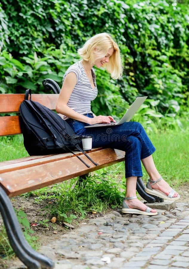 Extérieur d'étude La vie moderne d'?tudiant Étudiant régulier Internet surfant Étudiante adorable de fille avec la tasse d'ordina image stock