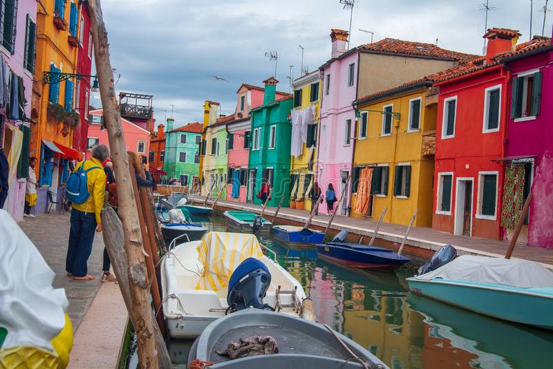 Ext?rieur d'?le de Burano avec les maisons r?sidentielles color?es, Venise, Italie Canal avec des bateaux dans Burano, Venise image stock