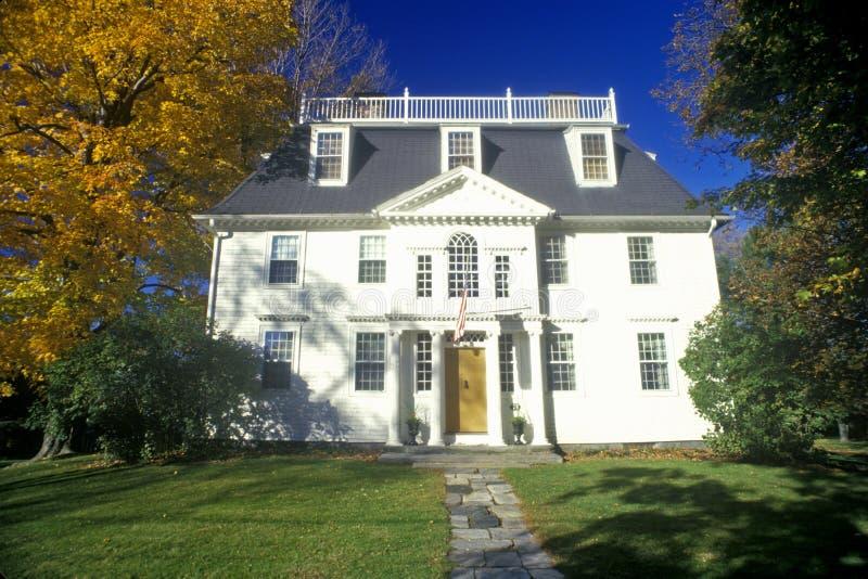 Extérieur d'avant de maison avec des couleurs d'automne, Litchfield, CT photos stock