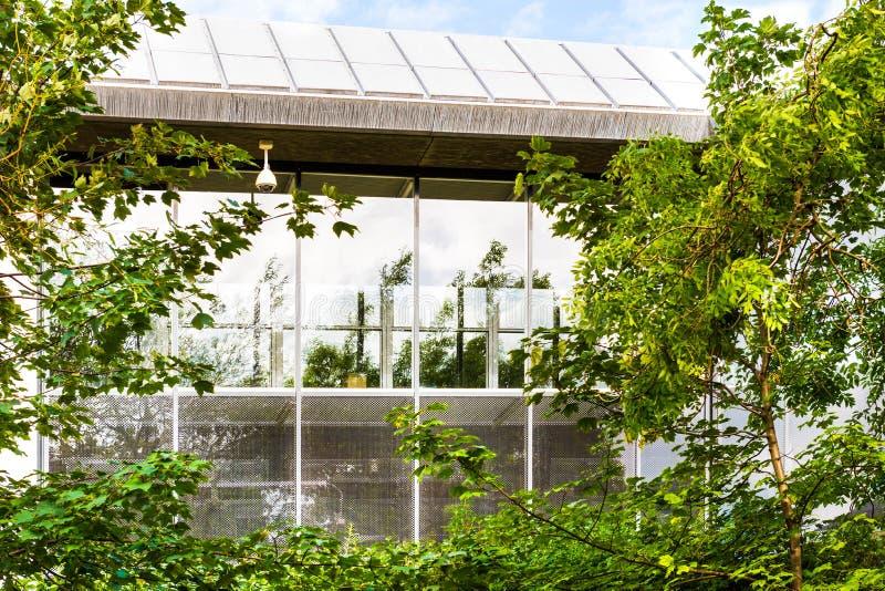 extérieur d'immeuble de bureaux, réflexions de fenêtre et arbres modernes photos libres de droits