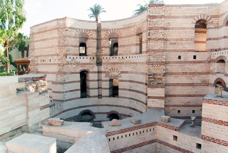 Extérieur d'une église copte au Caire, Egypte avec les puits profonds images libres de droits