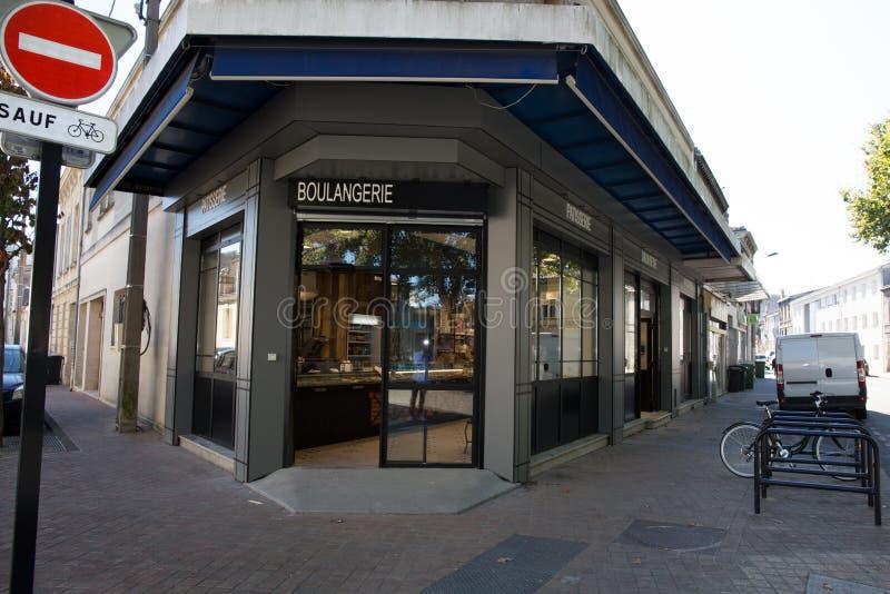 Extérieur d'une boulangerie et des épiceries en petite ville photo stock