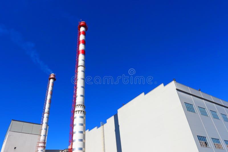 Extérieur d'usine industrielle avec des cheminées image stock