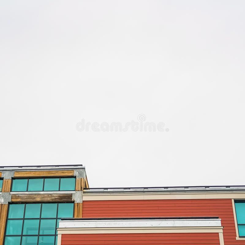 Extérieur de bâtiment de place avec le mur de verre vert bleu et la voie de garage horizontale rouge photographie stock