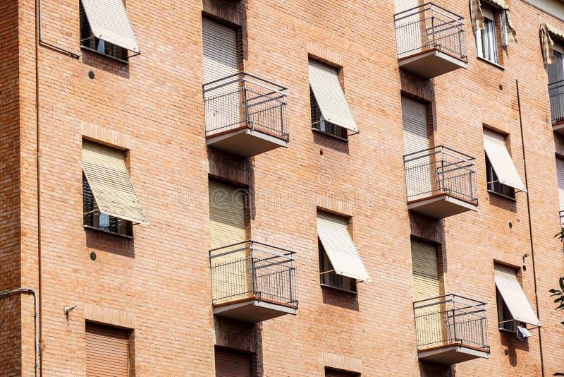 Extérieur de bloc urbain de logement de vieille brique avec les appartements et le balcon images stock