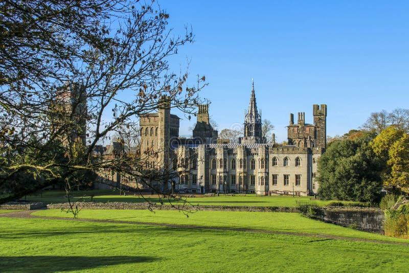 Extérieur de château de Cardiff au centre de Cardiff au soleil d'automne photographie stock libre de droits