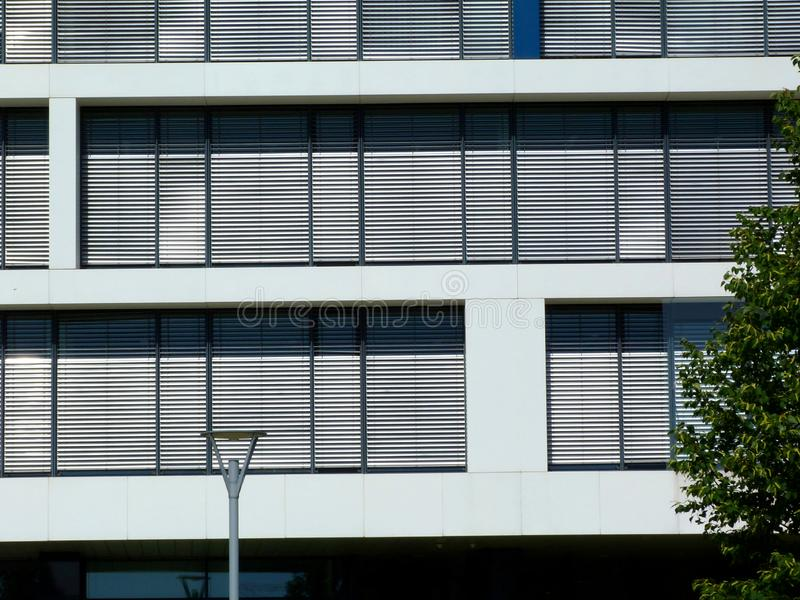 Extérieur de construction moderne dans la vue frontale avec les abat-jour horizontaux images stock
