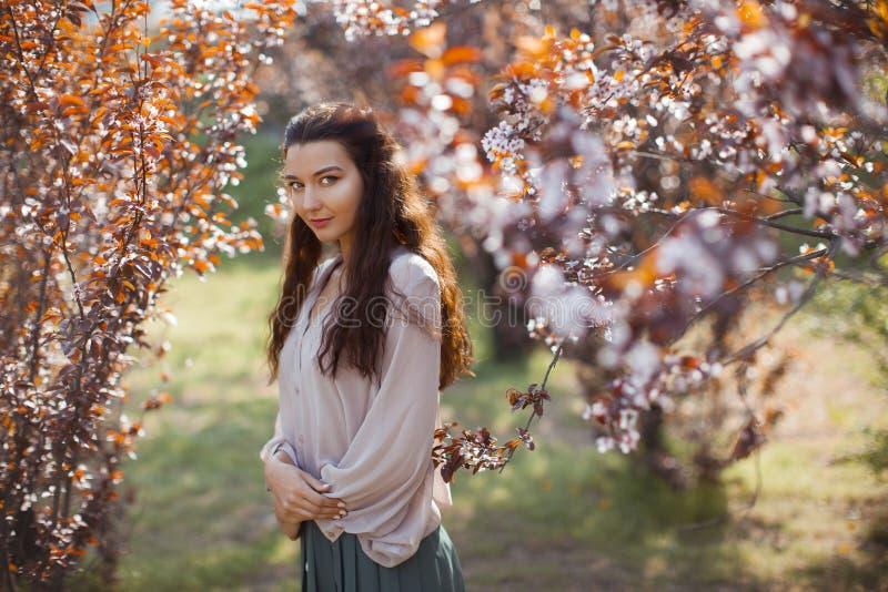 Extérieur de femme en parc près d'arbre de fleur de ressort photos stock