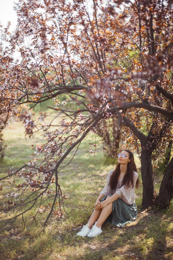 Extérieur de femme en parc près d'arbre de fleur de ressort photographie stock
